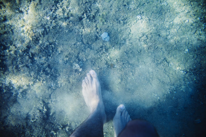 Pieds humains sous-marins photos libres de droits
