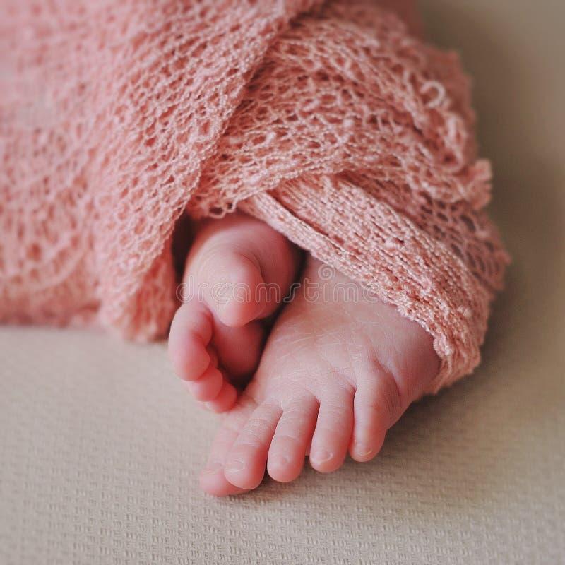 Pieds nouveau-nés mignons de bébé photo libre de droits
