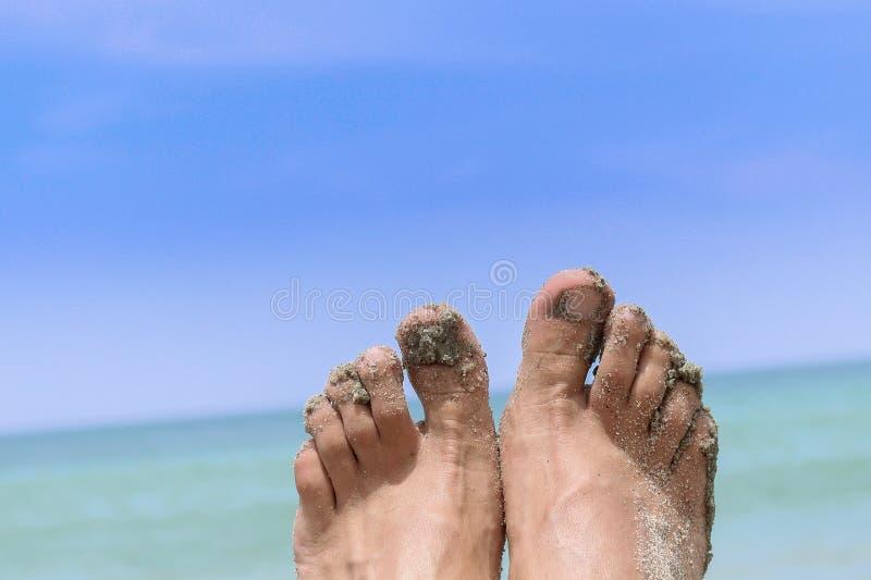 Pieds nus devant la mer photo libre de droits