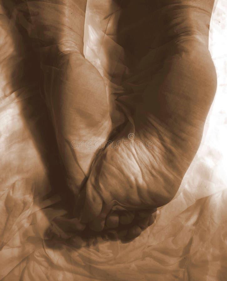 Pieds nus femelles abstraits de tissu photos stock