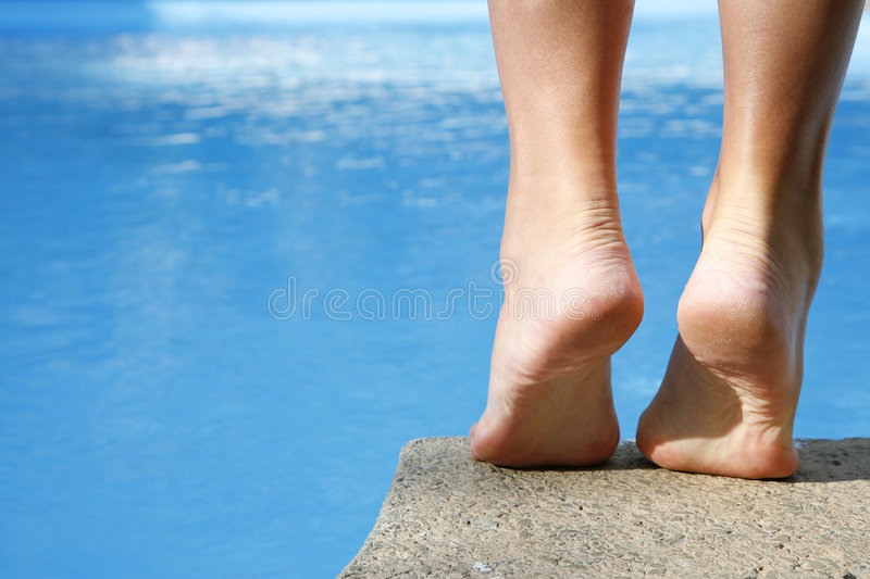 Pieds par Pool photos libres de droits