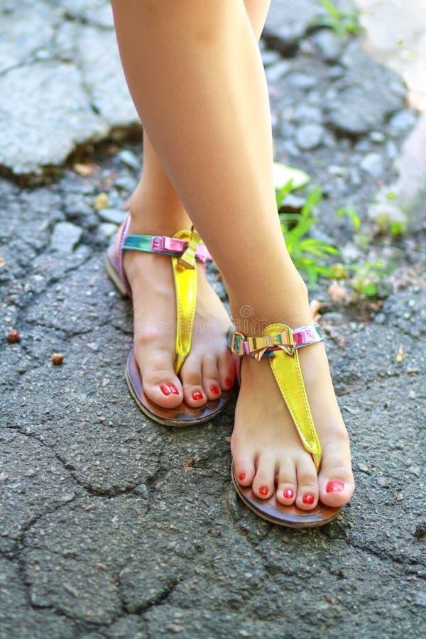 Pieds portant des sandales d'été images libres de droits