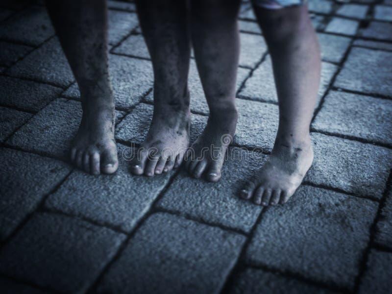 Pieds sales d'enfants images libres de droits