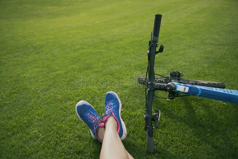 Pieds sur l'herbe image libre de droits