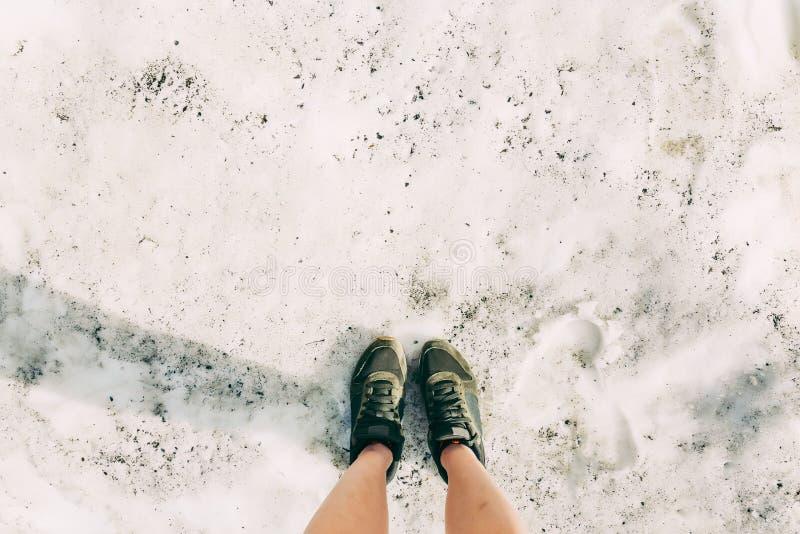 Pieds verts de Selfie de hippie de chaussures de position de voyageur sur le mode de vie de montagnes de Sotchi de neige augmenta photos stock