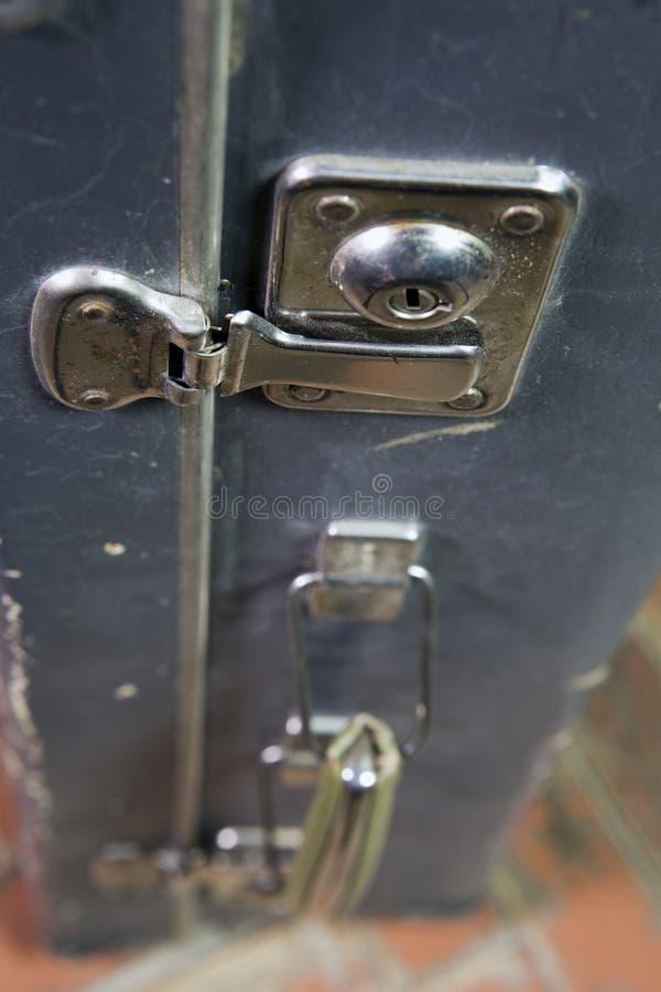 Piegare si aggancia la serratura di vecchia valigia misera immagini stock