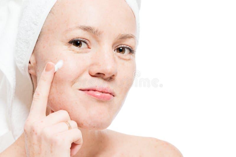 Piegi na twarzy kobieta - nie zawadzanie piękno! obraz royalty free