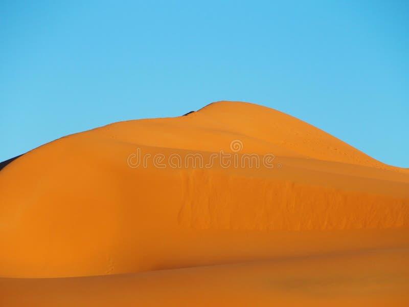 Piek van ERGchebbi duinen dichtbij MERZOUGA met landschap van zandige woestijnvormingen in zuidoostelijk MAROKKO stock afbeeldingen