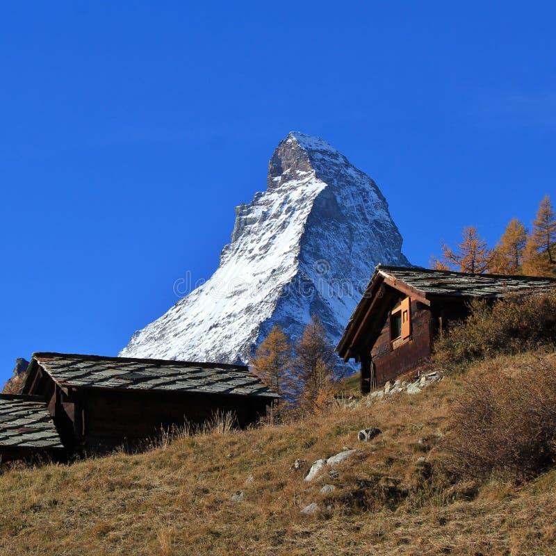 Piek van MT Matterhorn en oude houthutten royalty-vrije stock foto