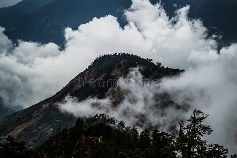 Piek in Wolken langs Everest-Trek van het Basiskamp in het Nepalese Himalayagebergte wordt gehuld dat royalty-vrije stock afbeeldingen