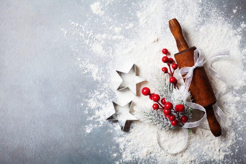 Piekarni tło dla kulinarnych bożych narodzeń piec z toczną szpilką i rozrzuconą mąką dekorował z jedlinowego drzewa odgórnym wido obraz stock
