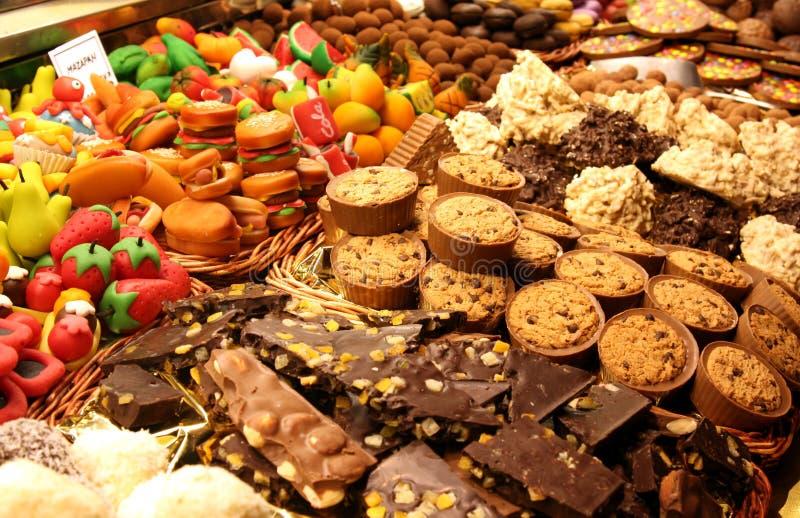 Piekarni witryna sklepowa: czekoladowy i marcepanowy ciasto obraz royalty free