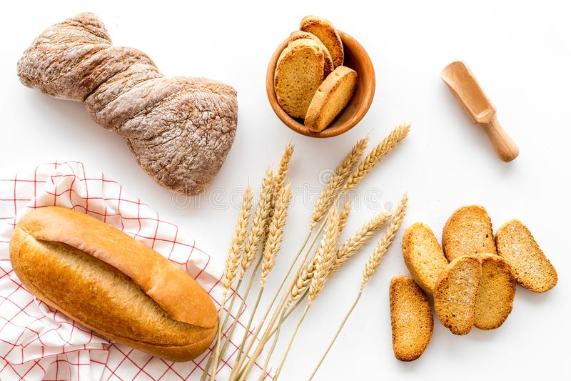 Piekarnia ustawiająca z świeżym wheaten chlebem na stołowego białego tła odgórnym widoku obrazy royalty free