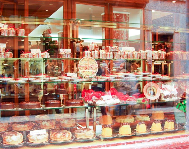 Piekarnia wystawia ciasta i inny faszeruje obraz royalty free