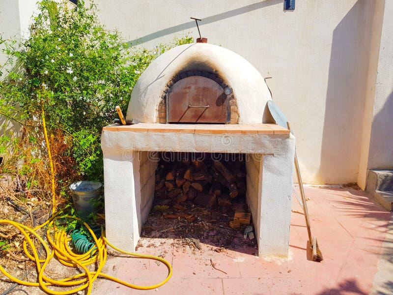 Piekarnik dla pizzy i chleba na outside dom Lokalizujący obok białej ściany obrazy royalty free
