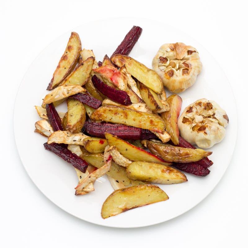 Piekarnik piec grule, beetroot, celeriac i czosnku, obrazy stock