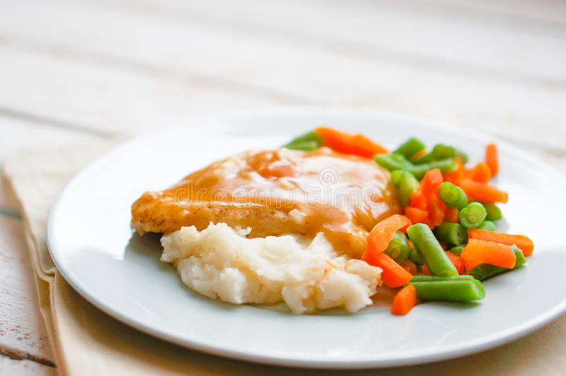 Piekarnik piec kurczaka w sosie z puree ziemniaczane i warzywami fotografia stock