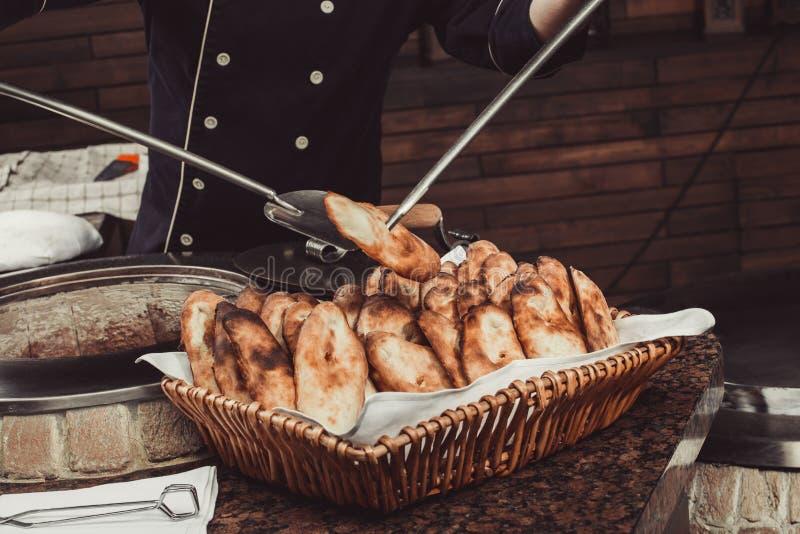 Piekarz robi tureckiemu pita chlebowi w tandoor, gliniany piekarnik Wypiekowy proces zdjęcie royalty free