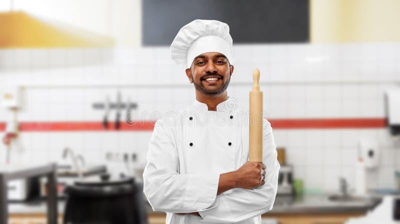 Piekarz z wałkownicą przy restauracyjną kuchnią zdjęcie royalty free