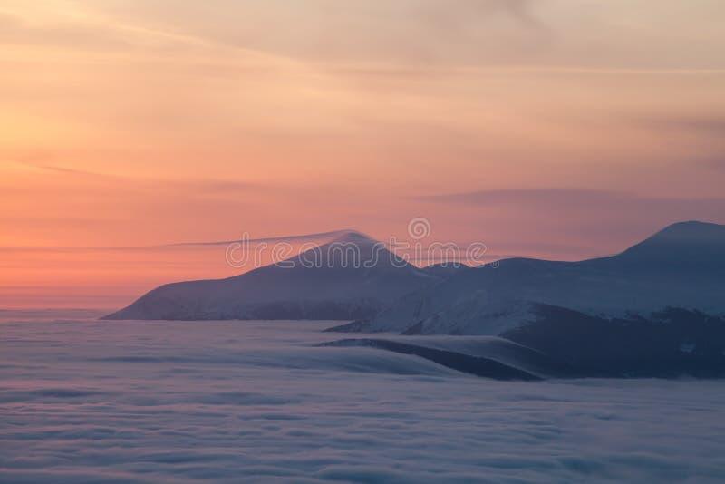 Pieken boven wolken stock foto's