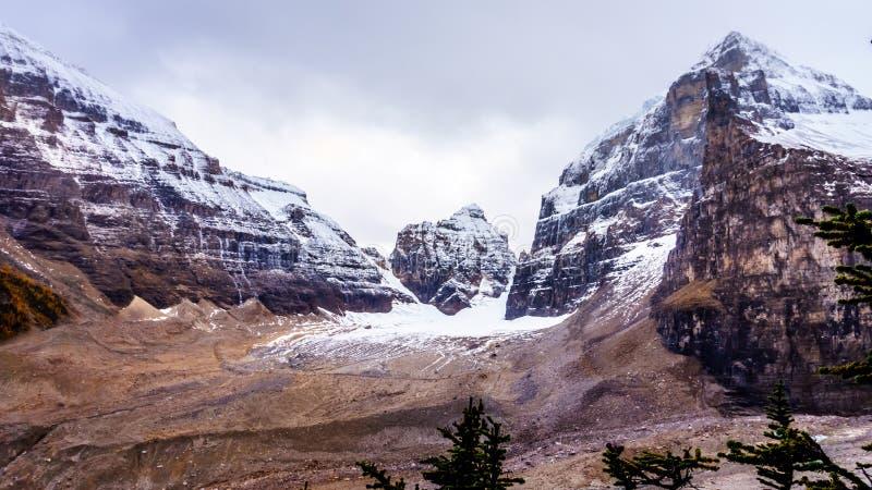 Pieken in Rocky Mountains bij de Vlakte van Zes Gletsjers dichtbij Victoria Glacier stock foto's