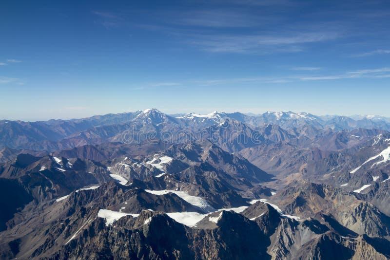 Pieken van de bergen met ijs en sneeuw worden behandeld die stock fotografie