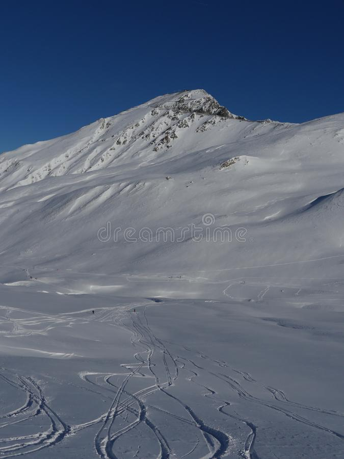 Pieken van de de winter de sneeuw behandelde berg in Europa Grote plaats voor po stock afbeelding
