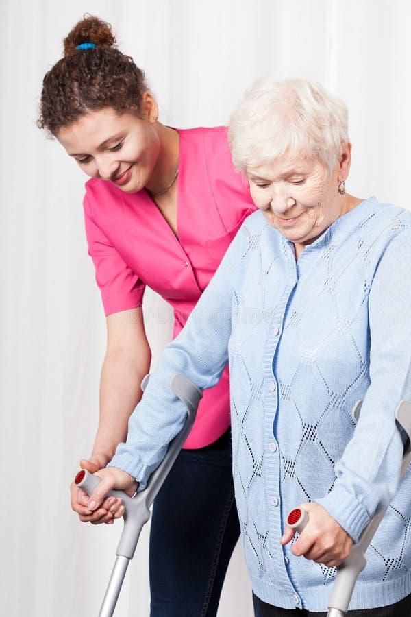 Pielęgniarek pomoce chodzić starej kobiety zdjęcia stock
