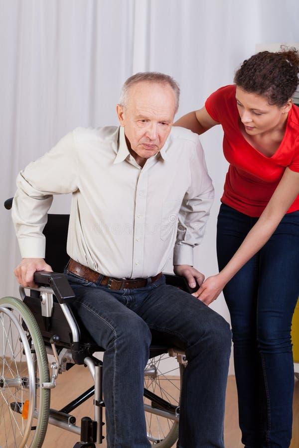 Pielęgniarek pomoce wstawali niepełnosprawnego fotografia royalty free