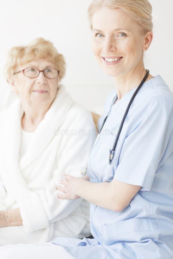 pielęgniarka błękitny szczęśliwy mundur zdjęcie royalty free