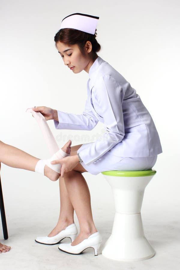 Pielęgniarka bandażuje pacjenta obrazy stock