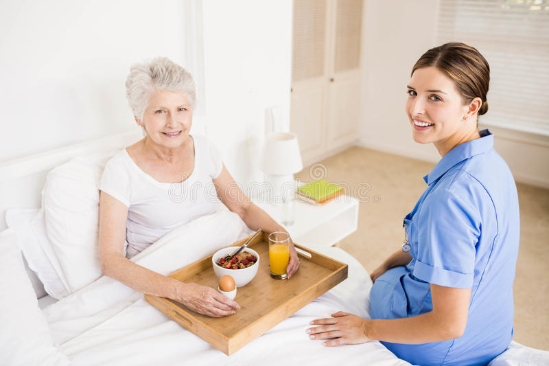 Pielęgniarka bierze opiekę cierpienie seniora pacjent obraz royalty free