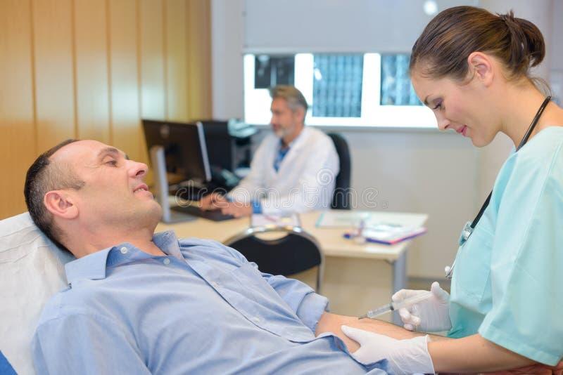 Pielęgniarka bierze opieka pacjenta przed mri zdjęcia royalty free