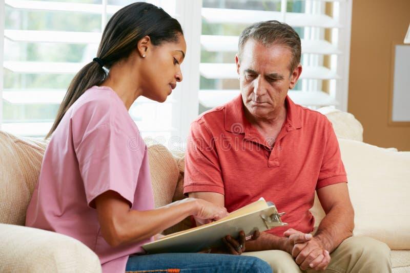 Pielęgniarka Dyskutuje rejestry Z Starszym Męskim pacjentem obrazy stock