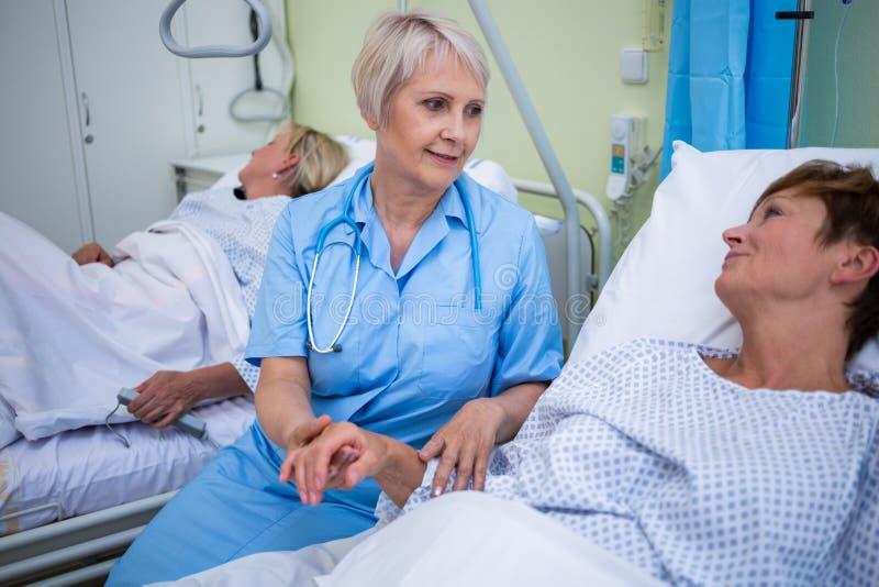 Pielęgniarka egzamininuje pacjenta puls fotografia stock