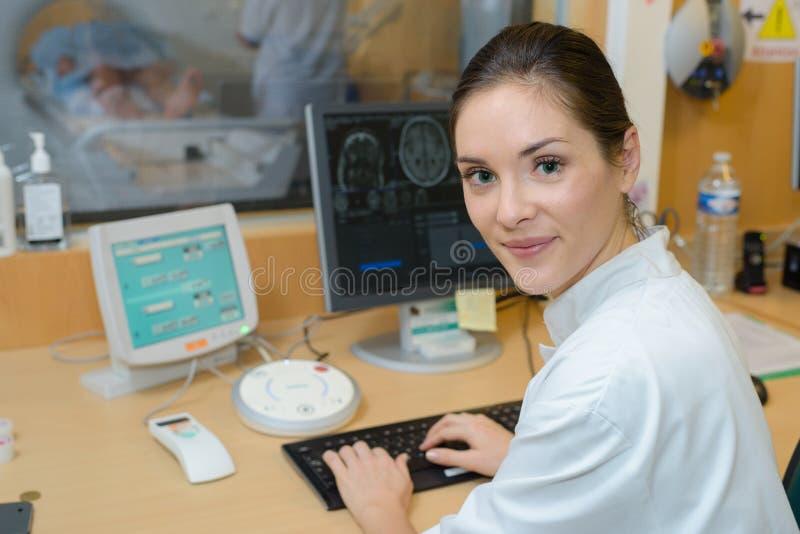 Pielęgniarka nadzoruje cierpliwego ` s obraz cyfrowego fotografia royalty free