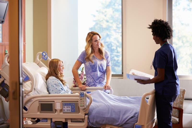 Pielęgniarka Opowiada Matkować Z Nastoletnią córką W szpitalu zdjęcia stock