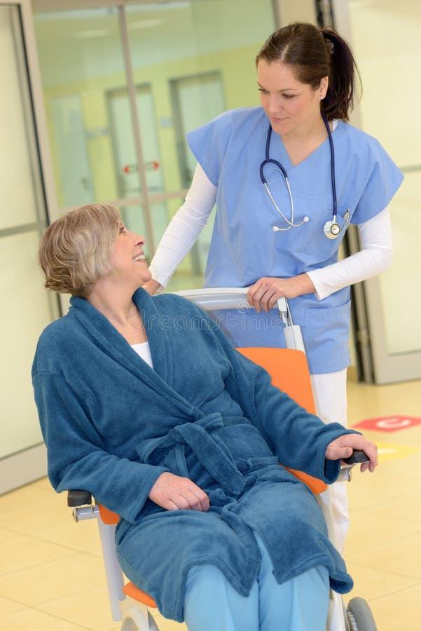 Pielęgniarka patrzeje starszego pacjenta w szpitalu fotografia stock