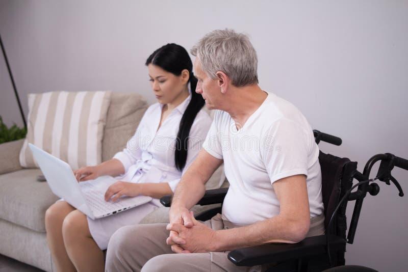 Pielęgniarka pokazuje coś pacjent przez laptopu zdjęcia stock