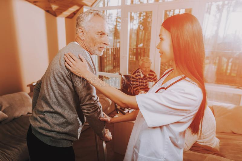 Pielęgniarka Pomaga Dorosłego piechura Emeryt na furach obrazy royalty free