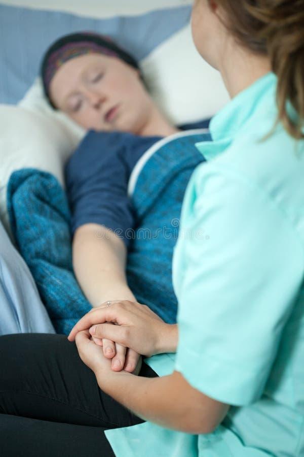 Pielęgniarka pomaga nowotwór dziewczyny obrazy stock