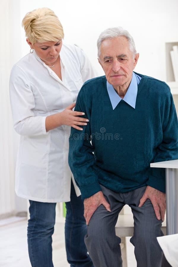 Pielęgniarka pomaga starszego mężczyzna obraz stock