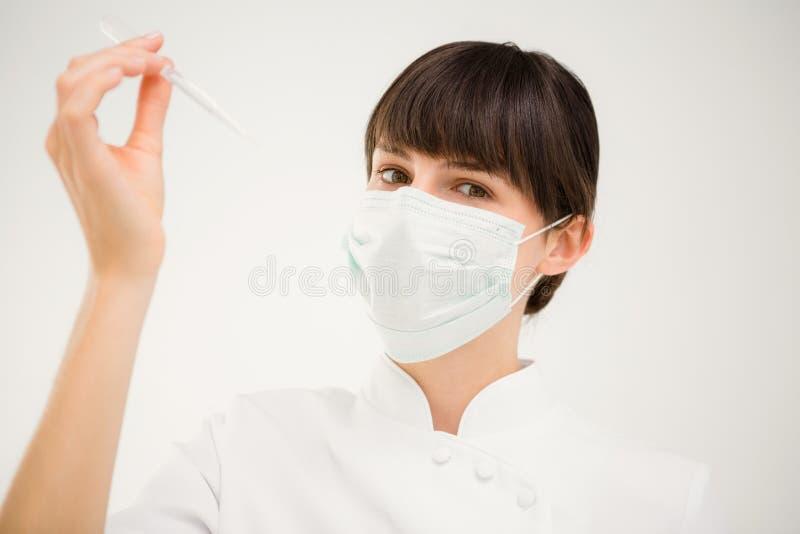 Pielęgniarka pracuje z maską obrazy stock