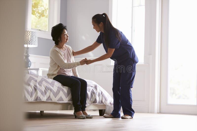 Pielęgniarka Robi Do domu wizycie Starsza kobieta obraz stock