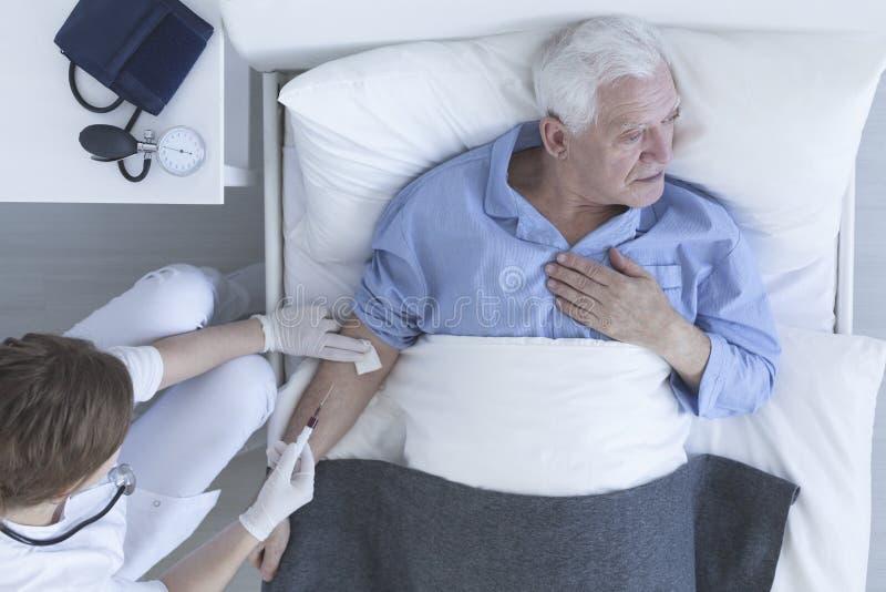 Pielęgniarka rysuje próbkę krwi od pacjenta obraz stock