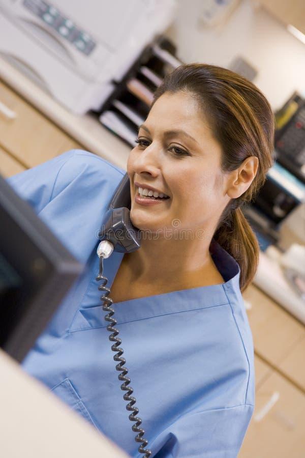 pielęgniarka telefon fotografia stock
