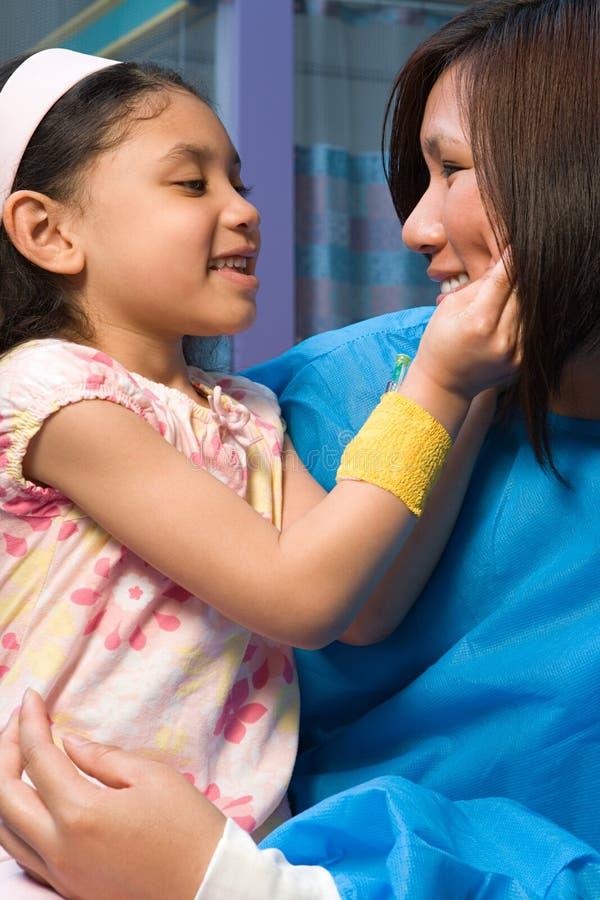 Pielęgniarka trzyma szczęśliwej dziewczyny obraz royalty free