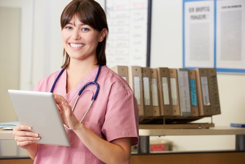 Pielęgniarka Używa Cyfrowej pastylkę Przy pielęgniarki stacją obraz royalty free