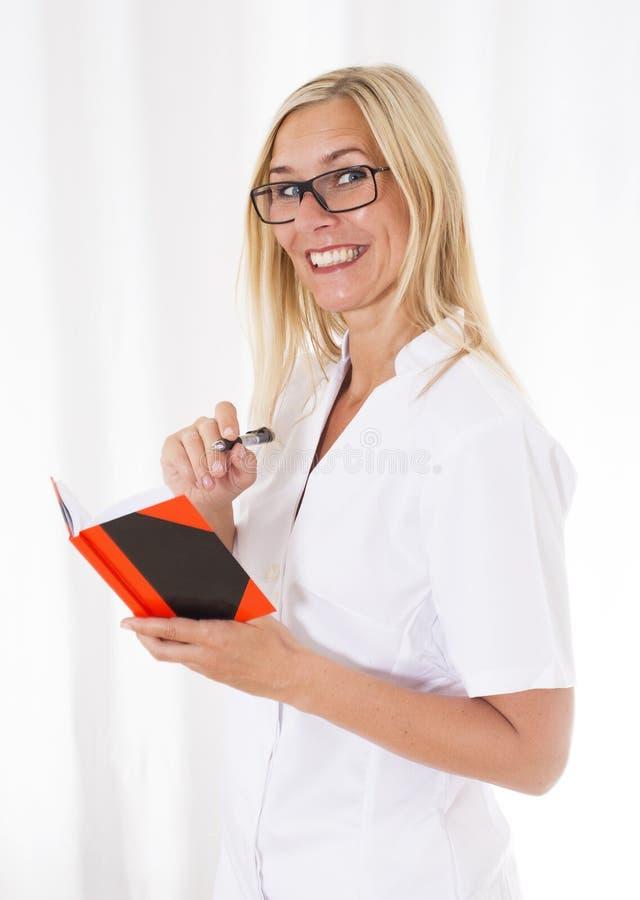 Pielęgniarka z notatnikiem zdjęcie royalty free