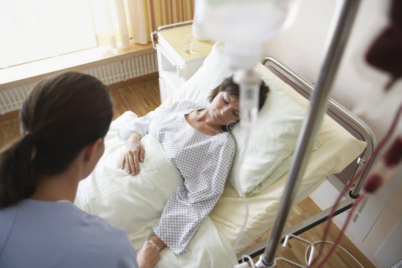 Pielęgniarka Z pacjentem W sala szpitalnej obraz royalty free